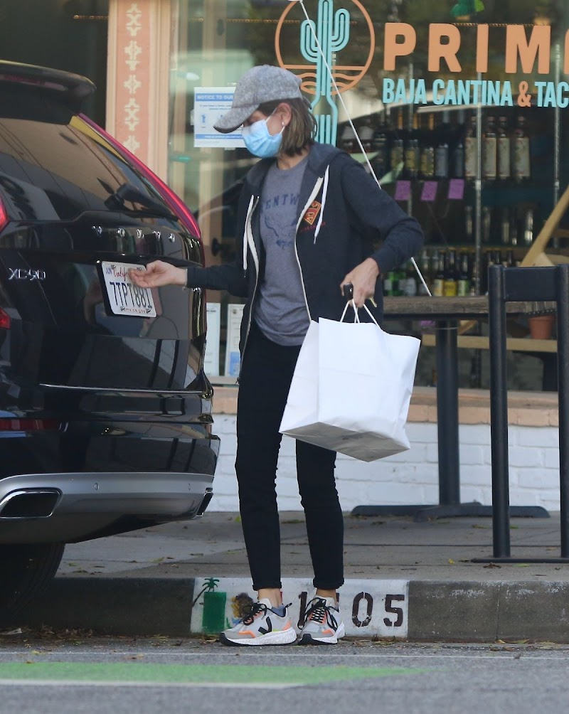 Calista Flockhart Gets Some Takeout in Santa Monica 7 May-2020