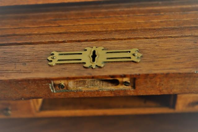 Lock on roll top desk