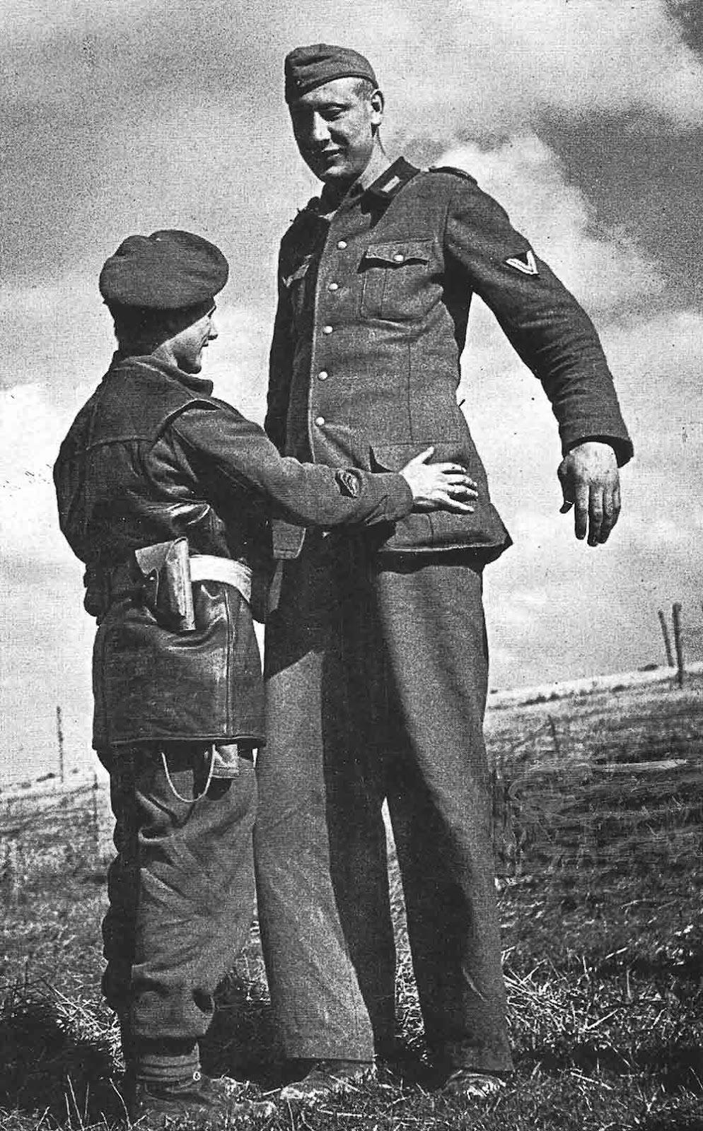 El soldado alemán Jacob Nacken junto al cabo Eldon Roberts