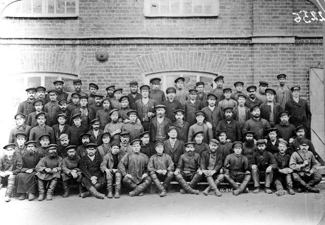 Рабочие фабрики Павлова. Г. Шуя. 1890 г.