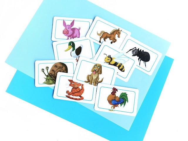 na stole leża karty ze zwierzętami zgry koncept kids, które wykorzystałam do zabawy matematycznej