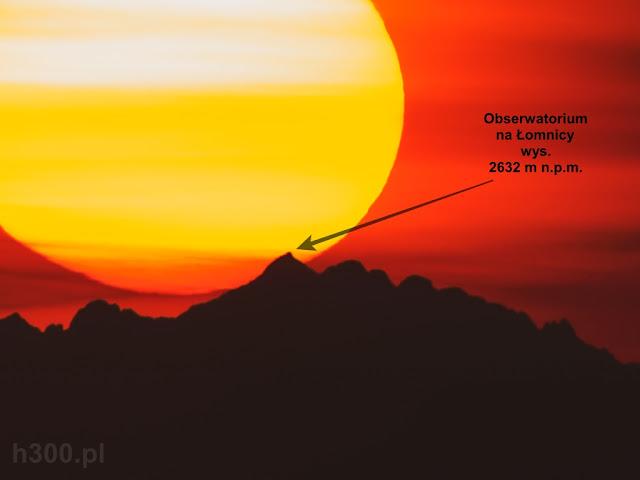 Obserwatorium na Łomnicy widoczne z Rozsypańca podczas zachodu słońca.