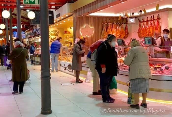 マドリードの市場で買い出しする主婦たち
