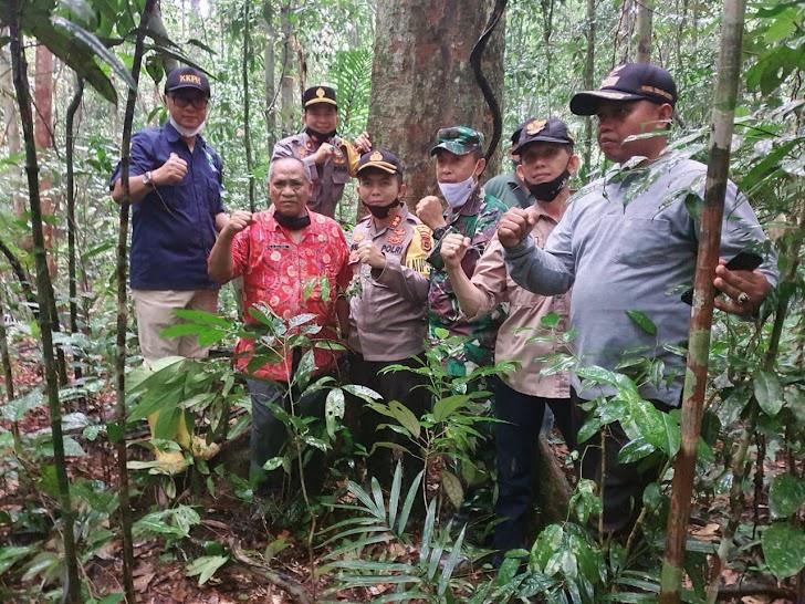 Lestarikan Alam, Kapolres Sarolangun Tanam Pohon di Lokasi Hutan Adat