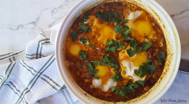 shakshuka, shakshuka recipe, brunch recipe, breakfast recipe, breakfast, brunch, eggs, tomato based, North African cuisine, Middle Eastern cuisine, spicy food, food, food blog, food blogger, food photography, baked beans, sausage, pinterest food, spicy fusion kitchen, botswana