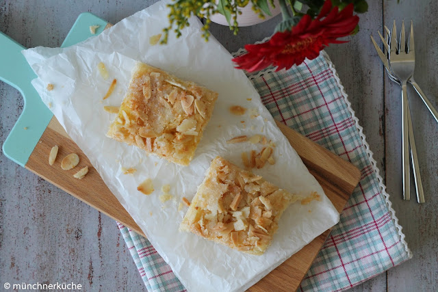 Sommerlicher Butterkuchen aus Hefeteig mit Mandeln und Kokosnussflocken.