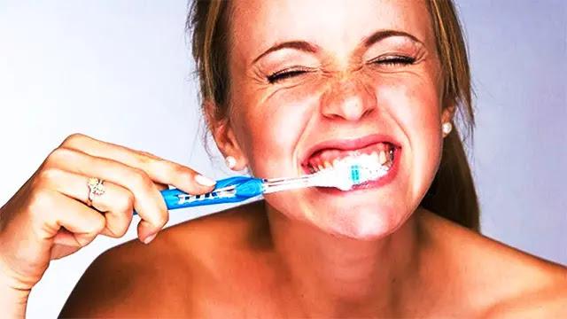 لهذا السبب ينصح الأطباء بتجنب تنظيف الأسنان بعد وجبة الإفطار!
