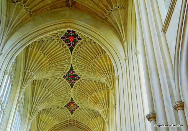 Entalhes em pedra no interior da Abadia de Bath