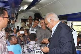 بالصور وزير النقل يستقل القطار من القاهرة إلى بني سويف ويتفقد محطة بني سويف وعدد من المزلقانات