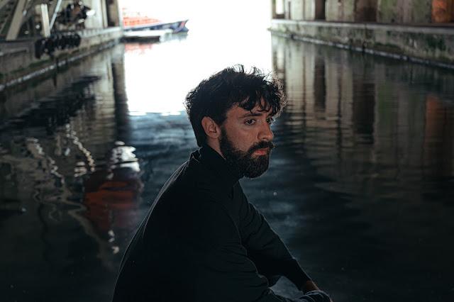 Le clip de Oceans apart parvient à mettre en valeur le texte du single de Max Adams.