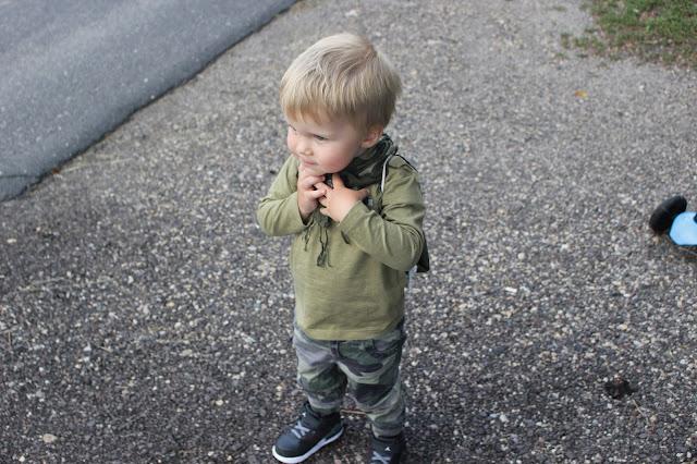 Militarna stylizacja dla chłopca