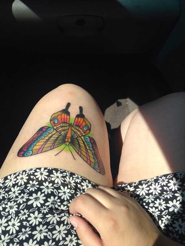 diz üstü renkli kelebek dövmesi