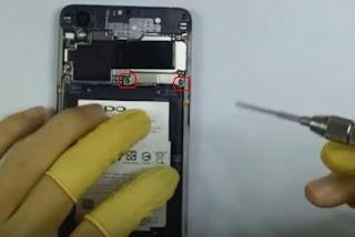 Cara buka baterai oppo