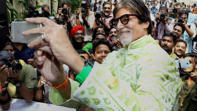 when-amitabh-bachchan-took-selfies-with-students