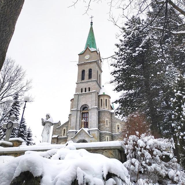 Kościół Zakopane na Krupówkach, zima w Tatrach
