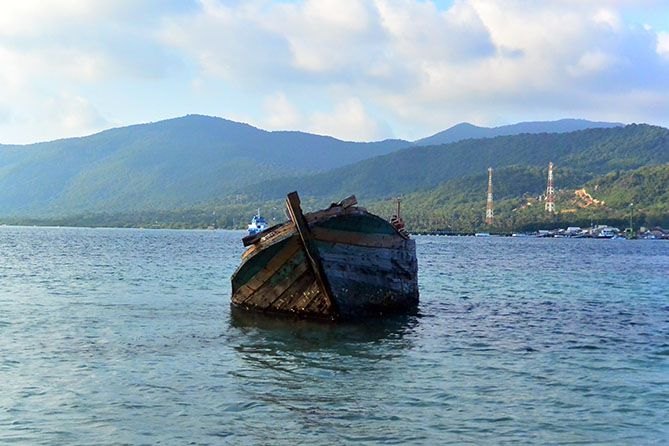 Bangkai kapal di Pulau Menjangan Besar