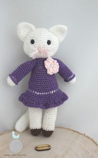 Kotka w fioletowej sukience