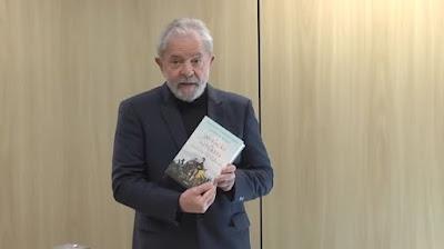 Lula com livro na mão