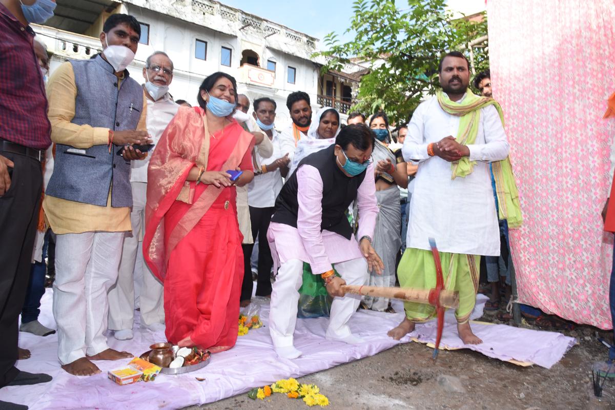 Ratama News- सांसद गुमानसिंह डामोर ने ग्रामीण क्षेत्र में करोड़ों रुपए के निर्माण कार्यों का भूमिपूजन, लोकार्पण किया
