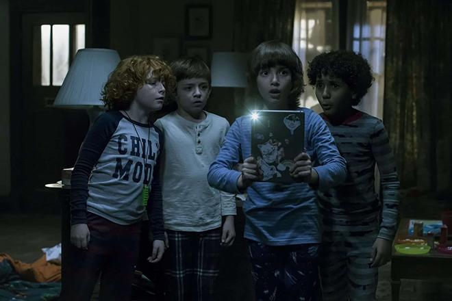 niños contra monstruo sobrenatural