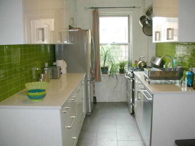 Contoh desain dapur kecil minimalis dengan aksen hijau