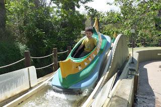 Joel en la atracción Canoes de Port Aventura.