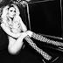 ¡Paris Hilton consiente a sus seguidores posando sin ropa!. Por una obra de caridad se desnudo y dar seguidilla.
