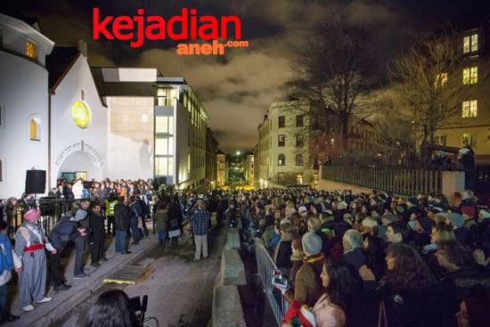 1000 Join Muslim Ring Of Peace at Oslo synagogue
