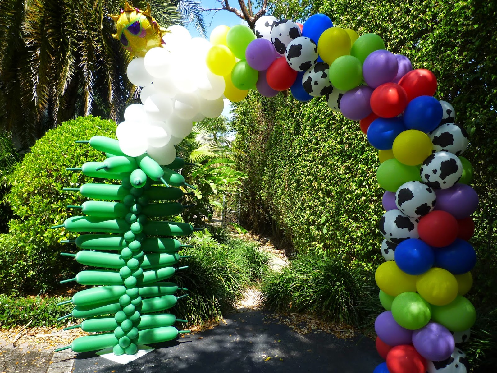 Toy Story party decoration ideas. Toy Story balloon arch