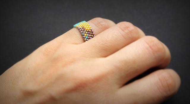 Купить женское эксклюзивное кольцо ручной работы 16 размера. Интернет-магазин изделий из бисера.
