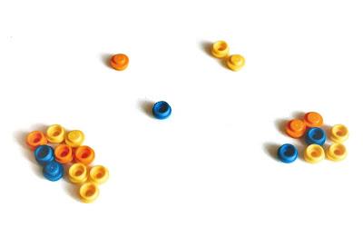 na zdjęciu zebrane już przez graczy pionki, na stole pozostały po jednym pionku w dwóch kupkach i dwa pionki w ostatniej