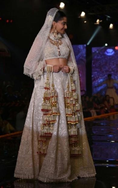 Sonam kapoor latest event show in bride look