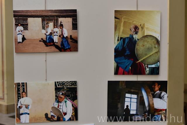 """""""A sámánokat nem érdekelte, hogy fotózzák őket, ugyanis amikor egy szertartás elkezdődik, a sámán a szellemekkel van elfoglalva, nem a messziről jött utazóval, aki kérdéseket tesz fel neki"""" – mondta Hoppál Mihály az október 10-i kiállítás-megnyitón."""
