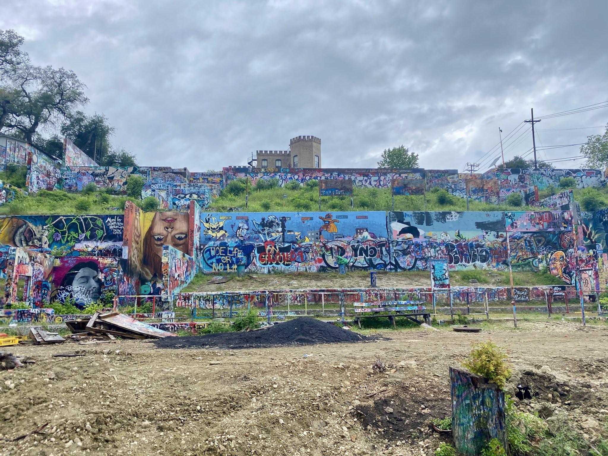 Graffiti Wall in Austin, Texas | www.biblio-style.com
