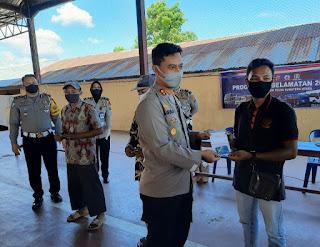 """""""Bravo"""" AKBP Agus Darojat Si, MH Berikan 117 Kartu ATM beserta buku tabungan Kemasyarakat Kurang Mampu"""