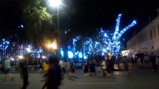 Artistic activities taking place in Sword Lake walking street to mark 20th anniversary Ha Noi City for Peace