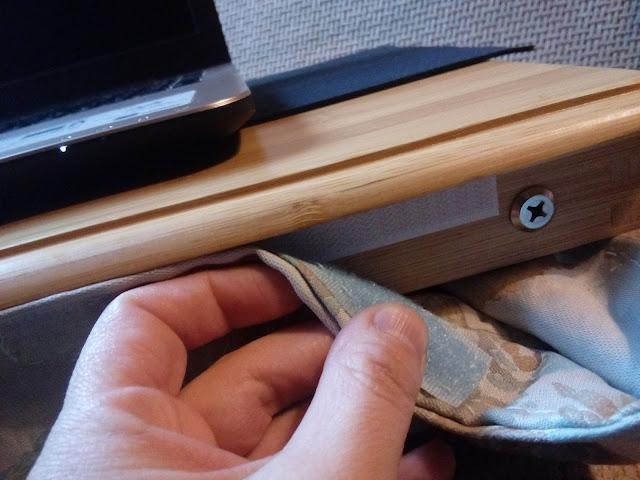 Párnahuzat csatlakoztatása a laptop asztalra