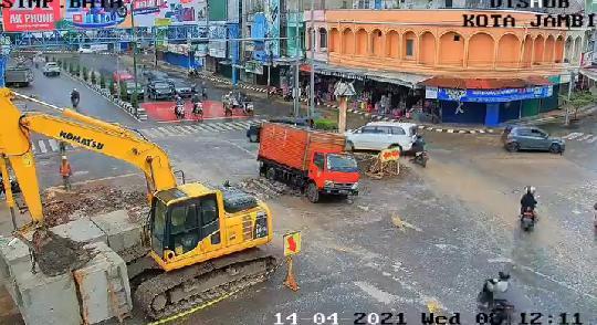 Mobil Box Terperosok ke Lubang Galian Proyek di Simpang Bata