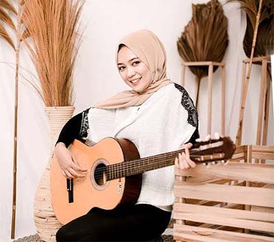 Fauzana Bawa Gitar
