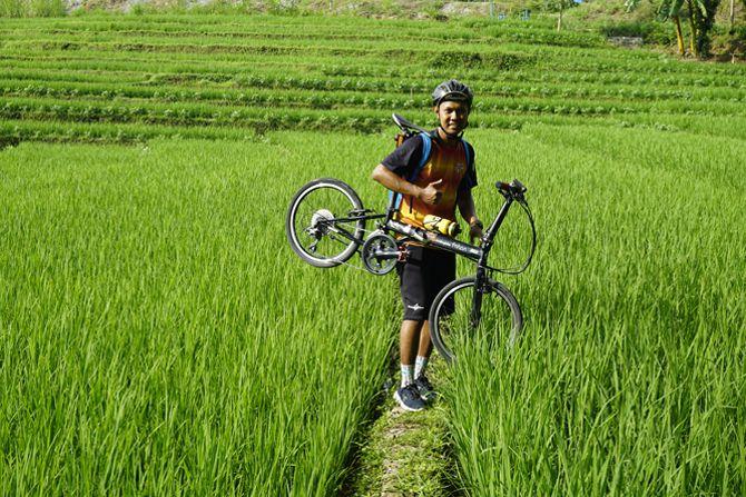 Memotret sepeda di pematang sawah