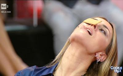 Fatima Trotta conduttrice biscotto lingua bocca stasera tutto è possibile