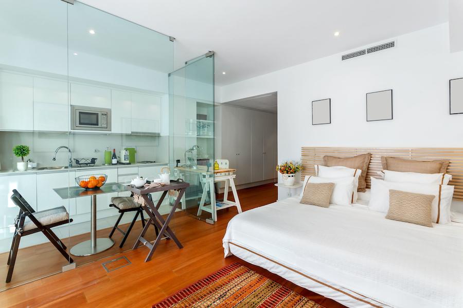 Dormitorio y cocina con pared de cristal