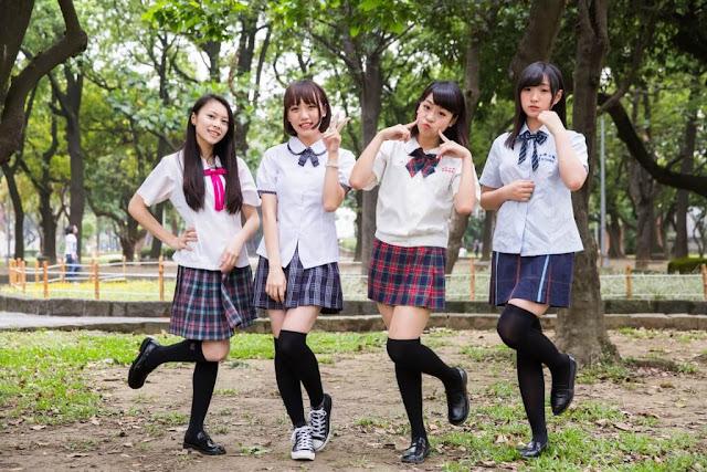 """Được """"lăng xê"""" rất nhiều từ những bộ truyện tranh và anime, những bộ đồng phục của nữ sinh Nhật Bản luôn được thiết kế vô cùng kỹ lưỡng, xinh xắn và bắt mắt. Ở đây, bạn sẽ thấy đồng phục học sinh, đặc biệt là kiểu đồng phục thủy thủ có mặt ở khắp mọi nơi. Bên cạnh vẻ gợi cảm với chiếc áo ôm sát, váy ngắn sọc ca rô cùng đôi tấc dài như trong các bộ manga là những bộ đồ thanh lịch hơn với kiểu áo sơ mi rộng, thêm áo khoác và váy dài qua gối."""