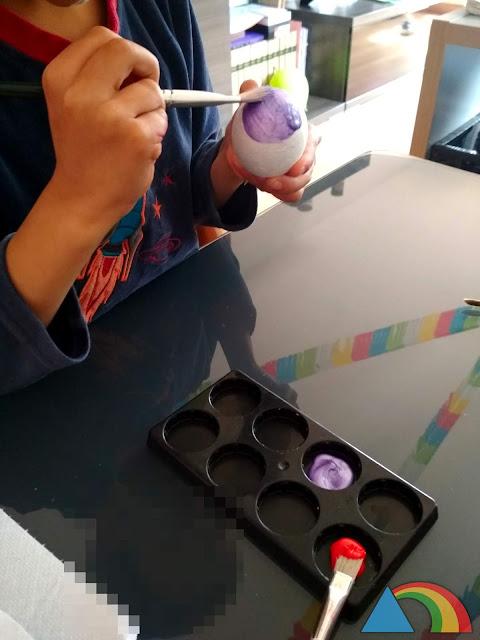 Pintando huevo de porexpan