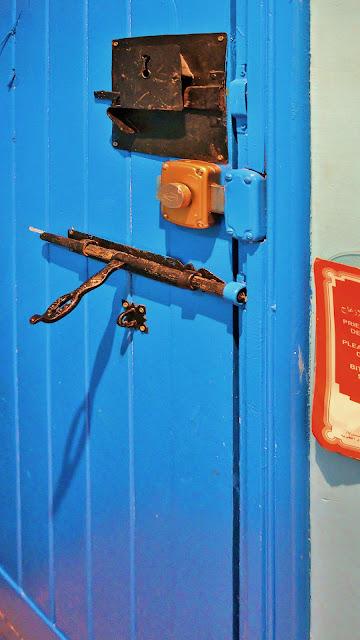 Фото запоров на двери в номере отеля, Касабланка
