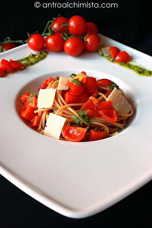 Spaghetti Integrali con Ciliegino di Pachino, Pesto e Petali di Grana