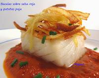 Bacalao sobre salsa roja y patatas paja