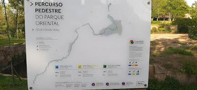 Placa de sinalização dos percursos pedonais do Parque Oriental do Porto