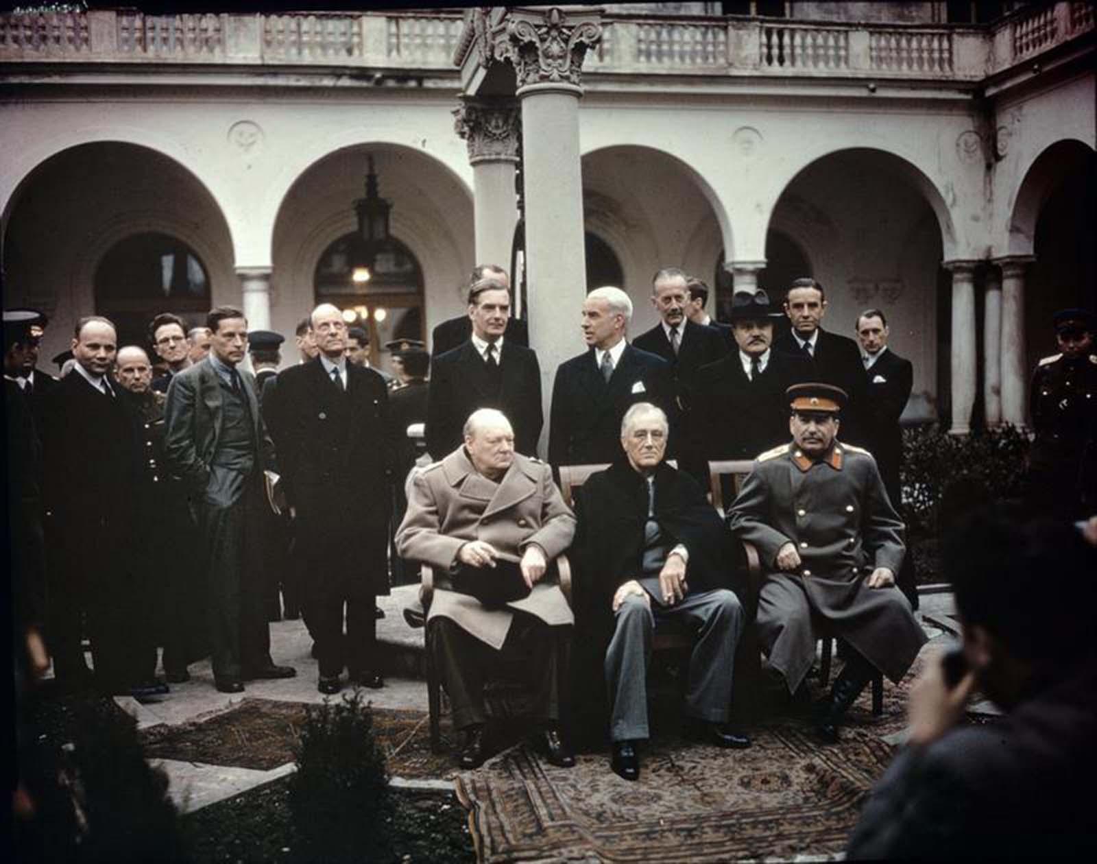Winston Churchill brit miniszterelnök, Franklin Roosevelt amerikai elnök és Joseph Stalin szovjet vezető a jaltai konferencia (Krím) során.  1945.