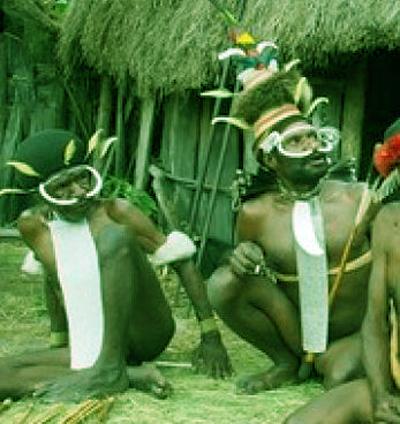 2 orang papua sendang ngobrol menggunakan koteka
